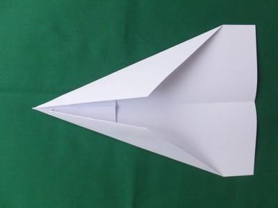 Papierflugzeug gefaltet