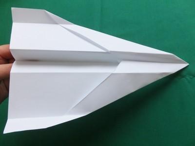 Kinder falten Papierflugzeuge Anleitung