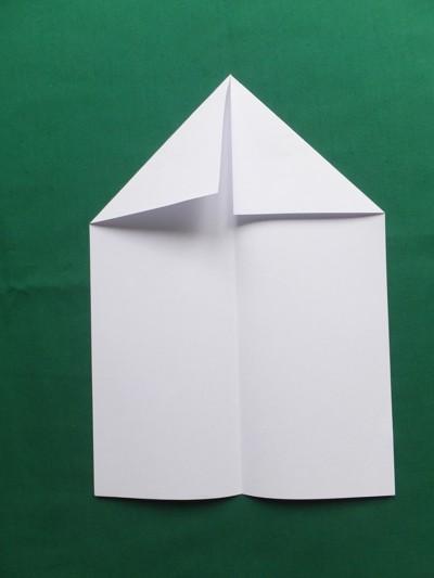 Kinder basteln Papierflugzeuge