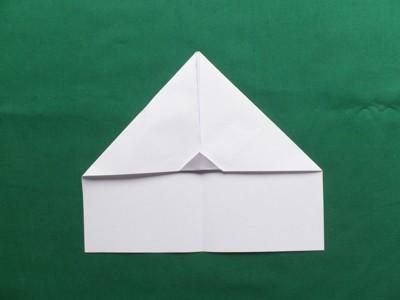 Kinder falten Papierflugzeuge