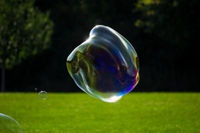 Seifenblasen riesig am Straßenrand