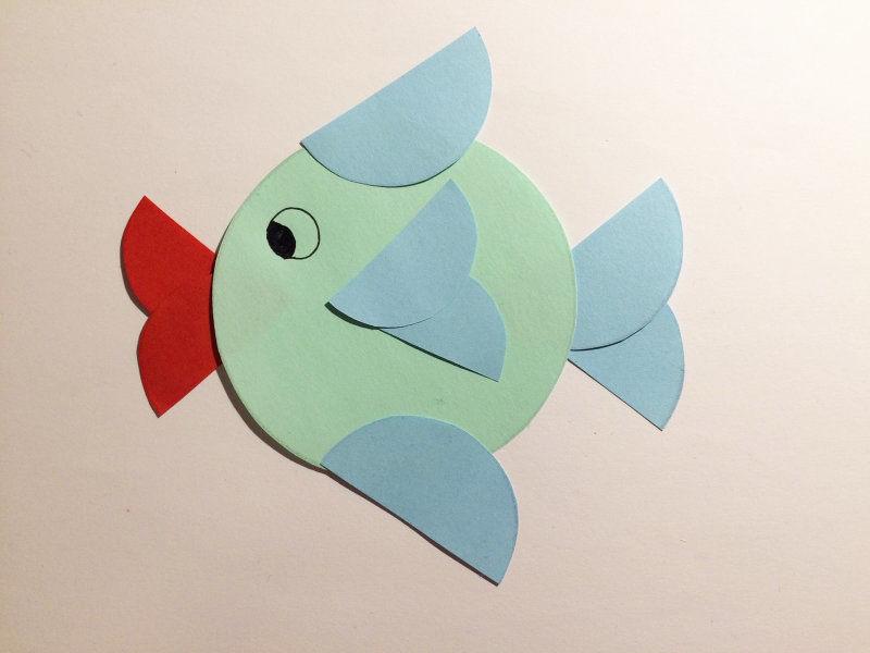 basteln mit kreisen wir basteln einen fisch nur aus papierkreisen. Black Bedroom Furniture Sets. Home Design Ideas