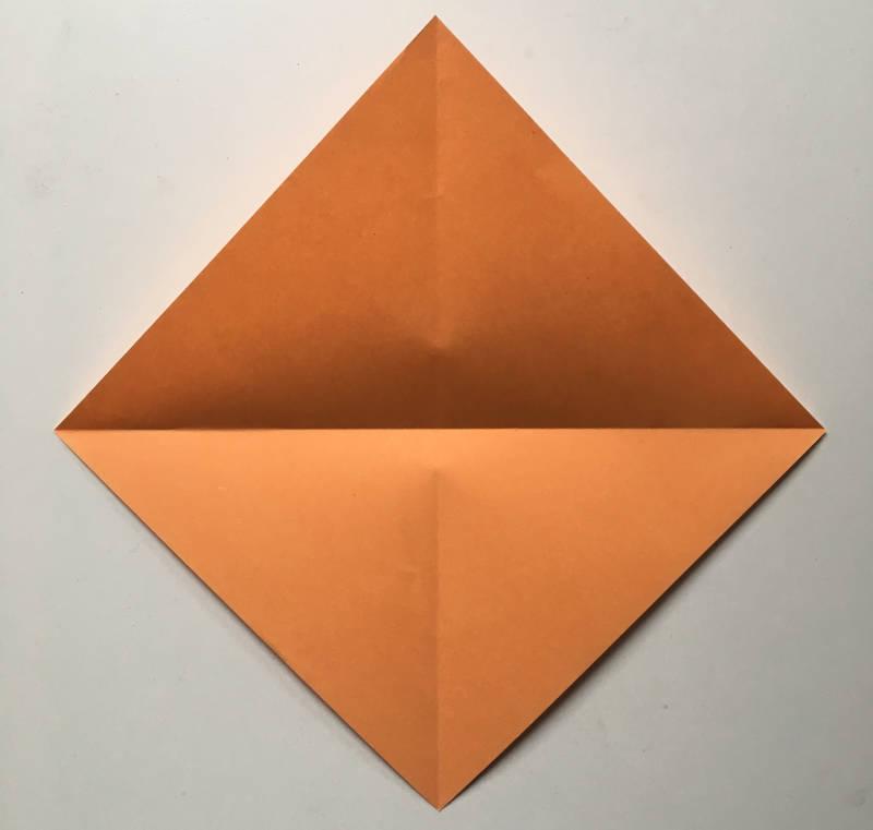 Kinder falten einen Briefumschlag
