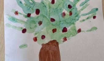 Kinder malen Apfelbaum